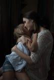 Mère heureuse étreignant sa petite fille image libre de droits