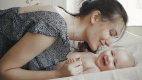 Mère heureuse affectueuse avec son jeu et sourire de bébé clips vidéos