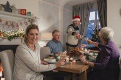 Mère heureuse au dîner de Noël Images libres de droits