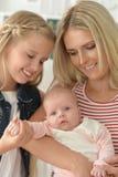 Mère heureuse avec de petites filles Photos libres de droits