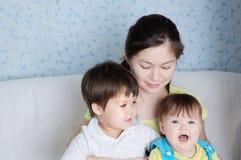 Mère heureuse avec deux filles, famille multinationale avec la maman asiatique et petites filles Photo libre de droits