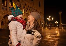 Mère heureuse avec l'appareil-photo et enfant sur Piazza San Marco à Venise Photo stock