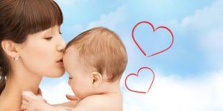 Mère heureuse avec le bébé adorable Image libre de droits
