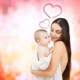 Mère heureuse avec le bébé adorable Photos stock
