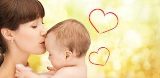 Mère heureuse avec le bébé adorable Images stock