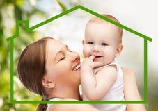 Mère heureuse avec le bébé adorable Photo stock