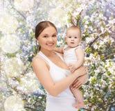Mère heureuse avec le bébé adorable Photographie stock libre de droits