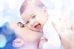 Mère heureuse avec le bébé dans des mains Images libres de droits