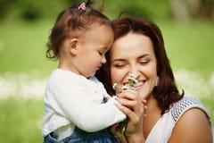 Mère heureuse avec le descendant image libre de droits