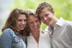 Mère heureuse avec le descendant et le fils Image libre de droits
