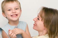 Mère heureuse avec le fils. Émotions Photo libre de droits