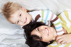 Mère heureuse avec le petit fils se trouvant sur un bâti Photos libres de droits