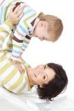 Mère heureuse avec le petit fils se trouvant sur un bâti Images libres de droits