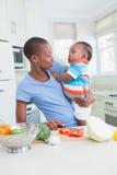 Mère heureuse avec le sien babyboy images stock