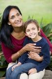 Mère heureuse avec le vieux fils de cinq ans sur les genoux photos stock