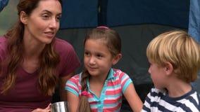 Mère heureuse avec ses enfants sur des vacances en camping banque de vidéos