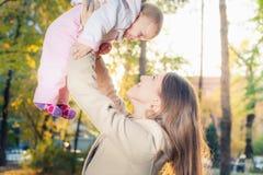 Mère heureuse avec son bébé extérieur au parc d'automne Images libres de droits