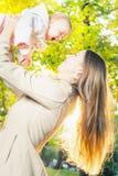 Mère heureuse avec son bébé extérieur au parc d'automne Photos stock