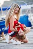 Mère heureuse avec une jeune fille près de club de yacht Image stock