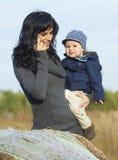 Mère heureuse d'affaires avec le petit garçon Photos stock