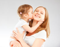 Mère heureuse de famille et fille de bébé étreignant et embrassant Image stock