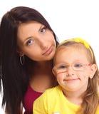 Mère heureuse de famille jouant avec sa fille Photographie stock libre de droits