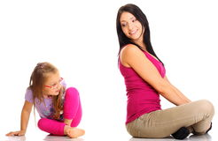 Mère heureuse de famille jouant avec sa fille Photos stock