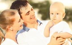 Mère heureuse de famille, père, bébé en nature d'été Photo libre de droits