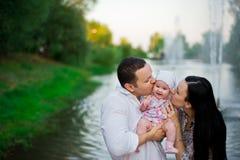 Mère heureuse de famille, père, fille d'enfant photos libres de droits