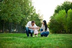 Mère heureuse de famille, père, fille d'enfant images libres de droits