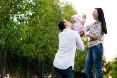 Mère heureuse de famille, père, fille d'enfant photo libre de droits