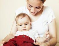 Mère heureuse de jeune brune tenant le fils de bébé d'enfant en bas âge, concept de allaitement, personnes modernes de mode de vi Image libre de droits