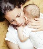 Mère heureuse de jeune brune tenant le fils de bébé d'enfant en bas âge, concept de allaitement, personnes modernes de mode de vi Image stock