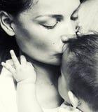 Mère heureuse de jeune brune tenant le fils de bébé d'enfant en bas âge, concept de allaitement, personnes modernes de mode de vi Images libres de droits