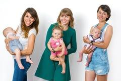 Mère heureuse de trois amies avec leurs enfants Images stock