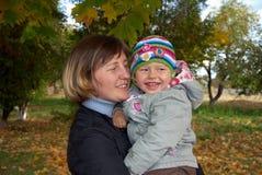 Mère heureuse et descendant riant Photo libre de droits