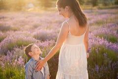 Mère heureuse et enfant de sourire regardant l'un l'autre avec amour Photo stock