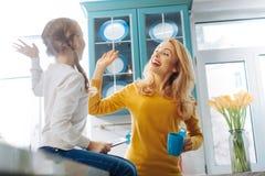 Mère heureuse et fille donnant un top-là Photographie stock libre de droits