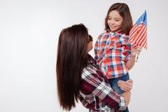 Mère heureuse et fille exprimant l'amour en studio Photographie stock libre de droits