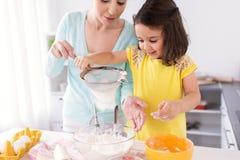 Mère heureuse et fille faisant cuire au four à la maison Photographie stock libre de droits