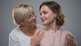 Mère heureuse et fille regardant in camera, relations femelles tendres, connexion clips vidéos