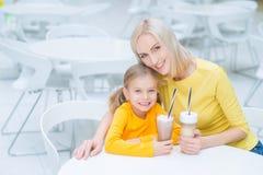 Mère heureuse et fille s'asseyant dans le café Photos stock