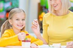 Mère heureuse et fille s'asseyant dans le café Images libres de droits