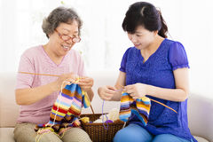 Mère heureuse et fille supérieures apprenant le tricotage photos libres de droits