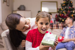 Mère heureuse et fille tenant un cadeau Photos stock