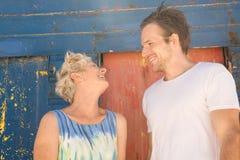 Mère heureuse et fils se tenant contre la hutte de plage Photographie stock