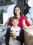 Mère heureuse et fils tenant des cônes de glace à la vanille Photographie stock