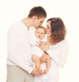 Mère heureuse et père de famille embrassant le bébé sur le blanc Photos stock