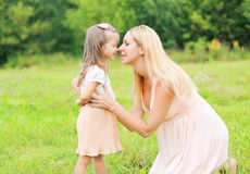 Mère heureuse et petit enfant de fille dans le jour d'été Photos libres de droits