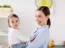 Mère heureuse et petite cuisine de bébé à la maison Images stock